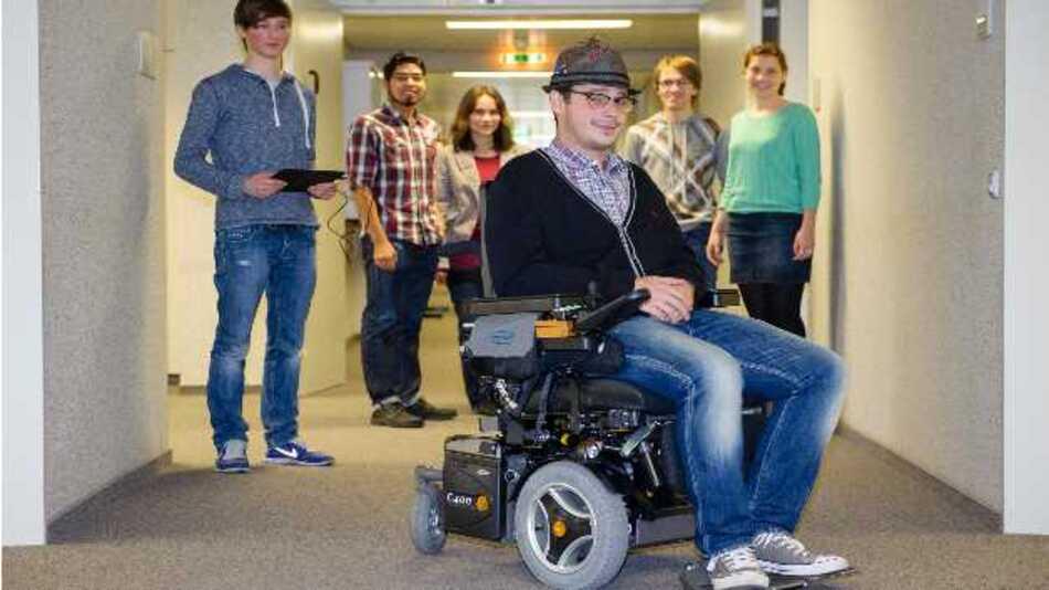 Mittels Sensoren, die am Hut des Rollstuhlfahrers angebracht sind, kann der Rollstuhl durch Bewegungen des Kopfes intuitiv gesteuert werden.