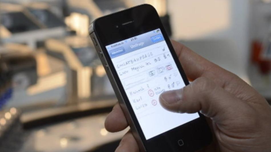 Produktionsmitarbeiter der Zukunft könnten künftig per Smartphone über Schichtänderungen informiert werden und ihre Einsätze steuern.