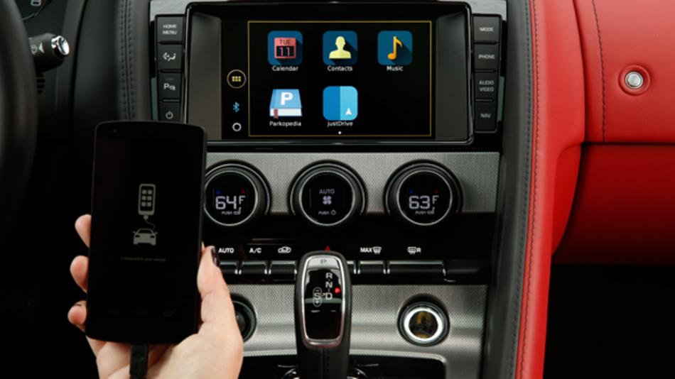 Die optimierte App Just Drive von Jaguar Land Rover prachgesteuerte Suchfunktion bietet das System ein hohes Maß an Konnektivität und spannt im Auto ein Netz aus Navigation, medialem Entertainment, sozialer Kommunikation und aktuellen Nachrichtendiensten.