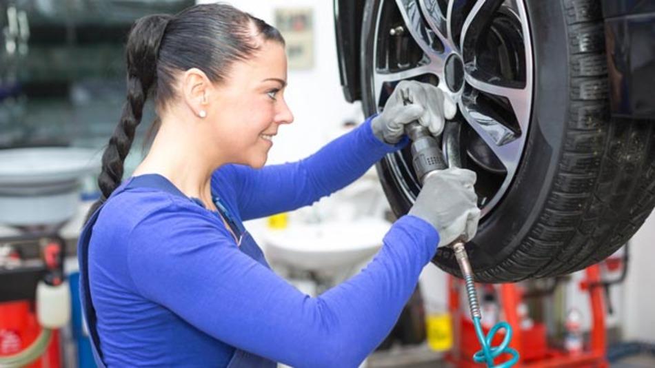 Um mehr Frauen für den Bereich Automobilproduktion zu begeistern, hat Toyota eine Stiftung gegründet.