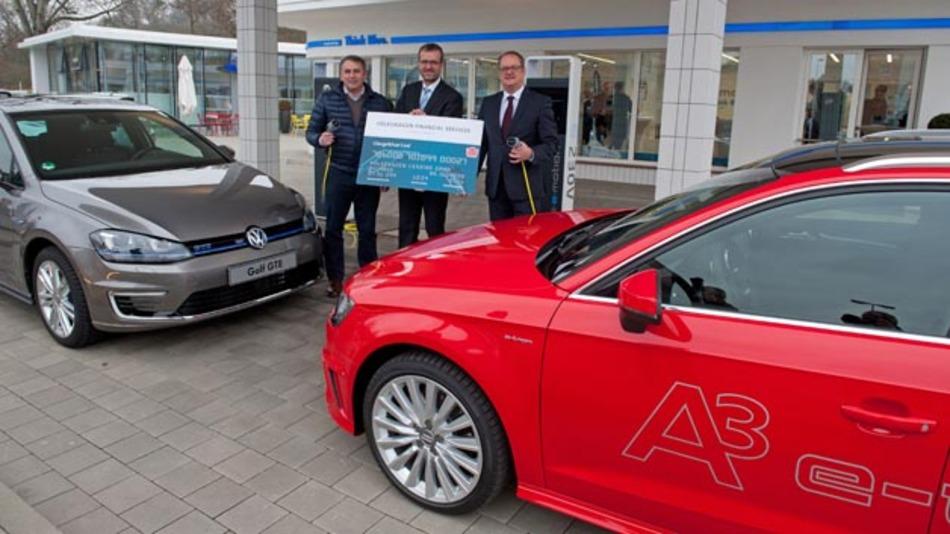 Klaus Allofs (Geschäftsführer VfL Wolfsburg), Gerhard Künne (Sprecher der Geschäftsführung der Volkswagen Leasing GmbH) und Thomas Lieber (Leiter Elektro-Traktion Volkswagen Pkw) mit der Charge&Fuel Card.