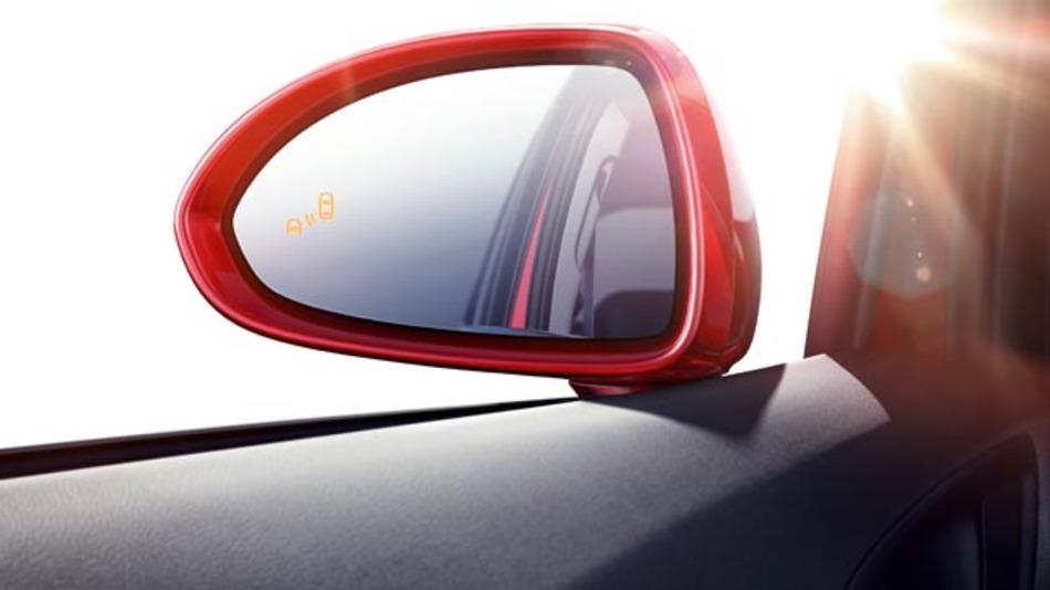 Wenn Objekte auf Kollisionskurs sind, so erscheint eine optische Warnung in den Außenspiegeln. Dabei leuchtet auf der gefährdeten Seite ein bernsteinfarbiges Symbol auf, das die Kollisionsgefahr anzeigt.