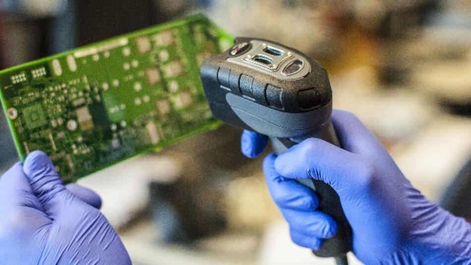 Der Barcode-Industriescanner DYN-450DPM von Dynamic Systems wählt automatisch das Beleuchtungsfeld für den jeweiligen Code.