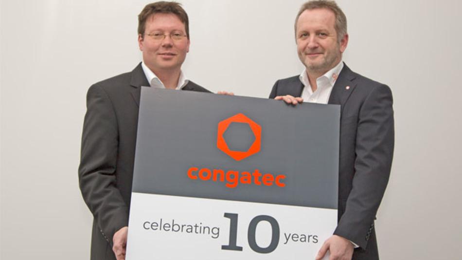 Neuer Markenauftritt zum zehnjährigen Jubiläum von Congatec, präsentiert von COO Matthias Klein (links) und CEO Gerhard Edi (rechts).