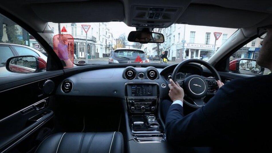 """Die """"360 Virtual Urban Windscreen""""-Technik verbessert nicht nur die Rundumsicht, sondern hebt auch besonders relevante Bildbestandteil optisch hervor."""