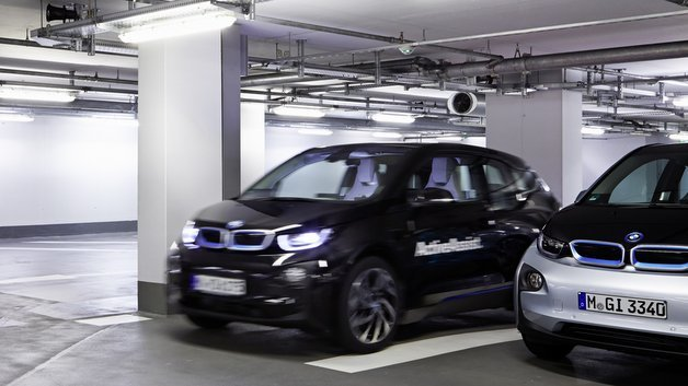 Der vollautomatisierte Remote Valet Parking Assistant im BMW-i3-Forschungsfahrzeug kombiniert die Informationen von Laserscannern mit dem digitalen Lageplan eines Gebäudes.