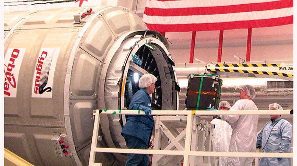 Bild 2. Das Ladegut mit befestigten MSR165-Datenloggern wird in den Raumtransporter Cygnus verladen.