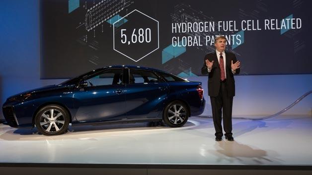 Toyotas Senior Vice President Bob Carter mit dem Mirai auf der CES 2015.