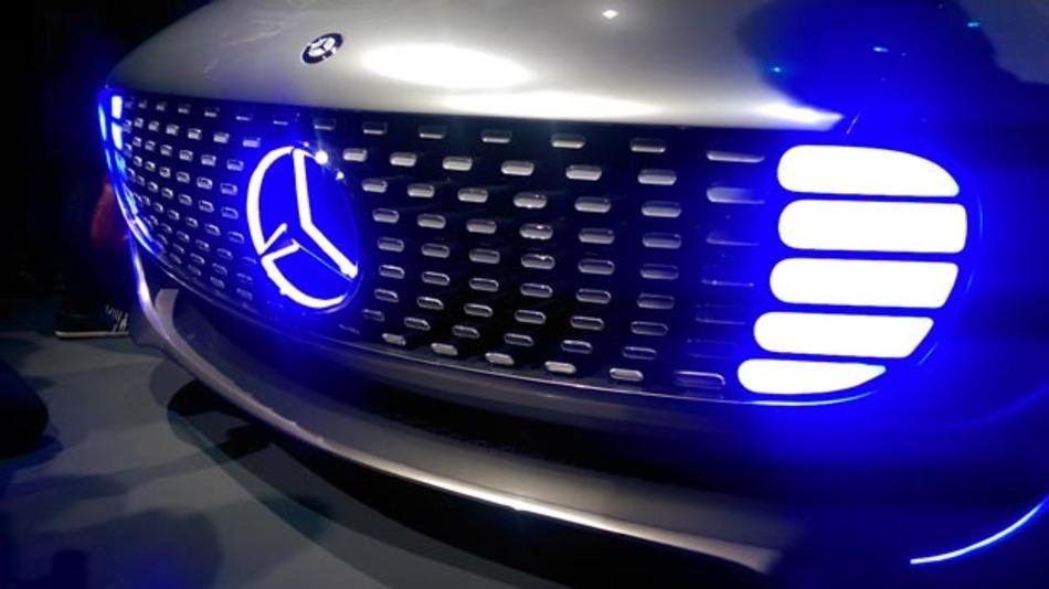Futuristisch beleuchtet ist die Front der Konzeptfahrzeugs F 015.