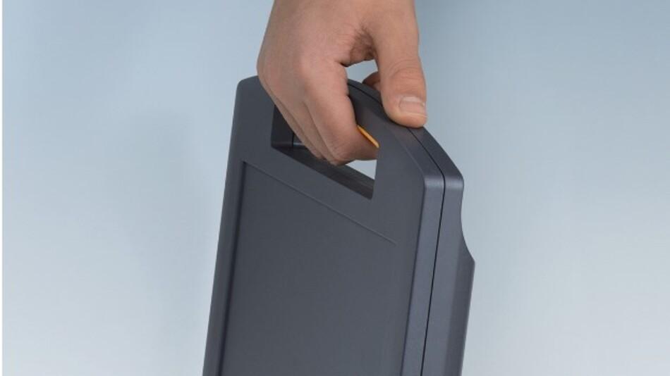 Für den Einbau von Eingabesystemen ist OKWs Griffgehäuse CARRYTEC M nun auch in einer flachen Ausführung (270 x 247 x 42 mm) verfügbar.