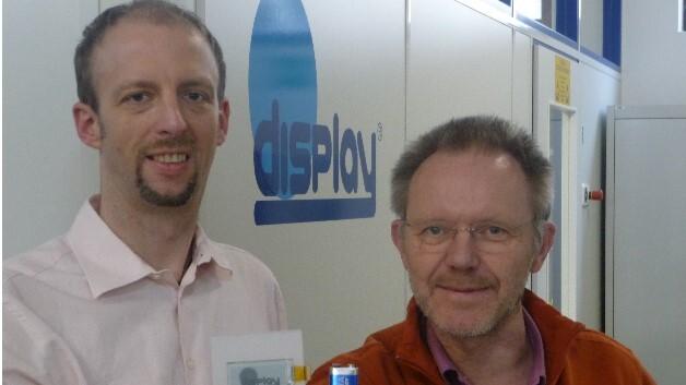 Markus Höpfner (links) und sein Kollege Aloys Arkenau, zuständig für den Vertrieb bei Display Elektronik, präsentieren eine E-Paper-Anzeige mit 2,0-Zoll-Diagonale.