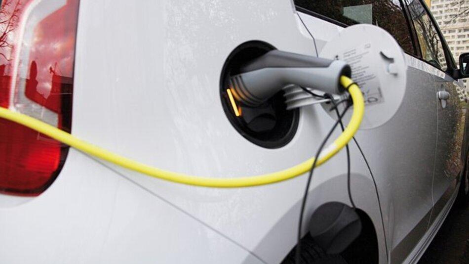 Am Hauptcampus der Universität Hildesheim lassen sich die Elektrofahrzeuge auch mit Solarstrom laden.