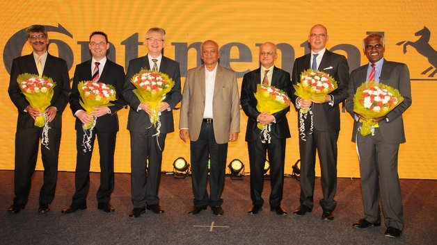 Claude d' Gama Rose, Leiter Continental Automotive Indien (l.), Christian Senger, Leiter Automotive Systems & Technology (2. v. l.), Helmut Matschi, Leiter Division Interior (3. v. l.), Frank Jourdan, Leiter Division Chassis & Safety (2. v. r.) und Raghav Gulur, Leiter Tech Center Indien (r.)
