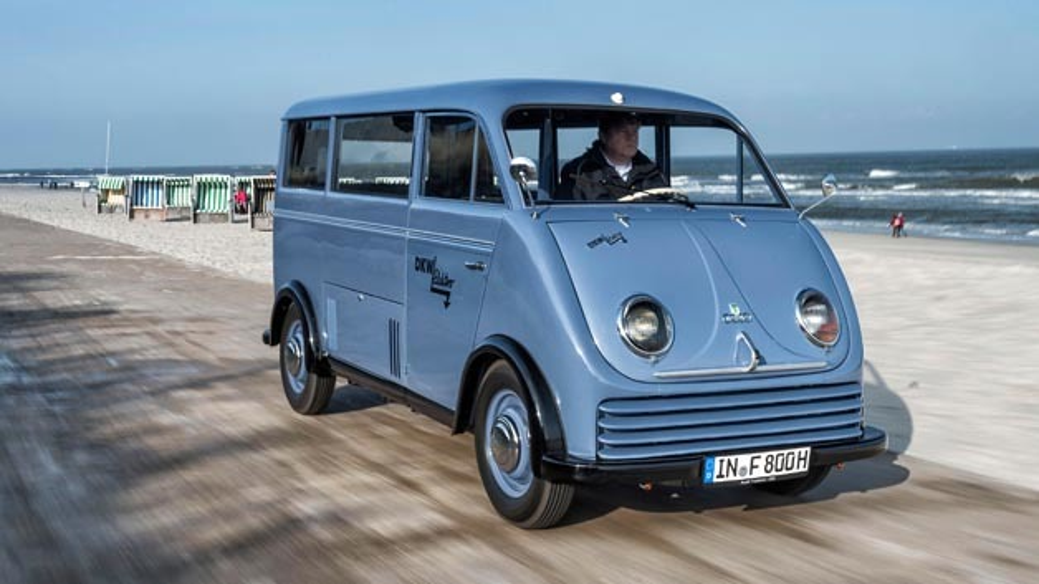 An der Strandpromenade auf Wangerooge unterwegs: Der DKW Elektro-Wagen.