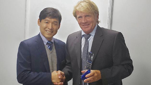"Kwangil Kim, President Samsung Electro-Mechanics Europe (links), überreicht den ""Best Distributor of the Year"" Award 2014 an Thomas Rudel, CEO Rutronik (rechts)."