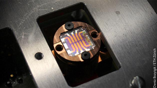 Ein von den ETH-Forschenden hergestellter Solarzellen-Chip auf der Grundlage von Nanokristallen.