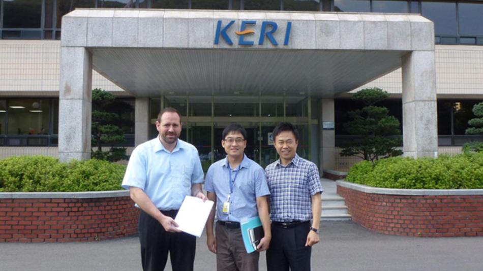 v. l. n. r.: AMOtronics-Geschäftsführer Jürgen Martini mit Jong-hyuk Choi, Planungsleiter bei KERI für das neue High-Power-Lab, und Kyoung-won Min, Präsident des koreanischen Distributors Kostech, nach der Vertragsunterzeichnung in Changwon.