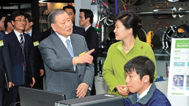 Hyundai Motor Group Chung Mong-koo (links) und Südkoreas Präsidentin Park Geun-hye besichtigen das neue F&E-Zentrum in Gwangju.