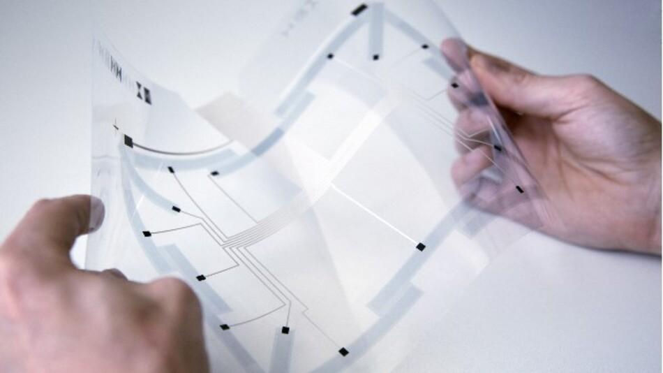 Die großflächige flexible Folie von Fraunhofer ISC kann ihre Verformung hochauflösend als Steuersignal an einen Rechner senden.