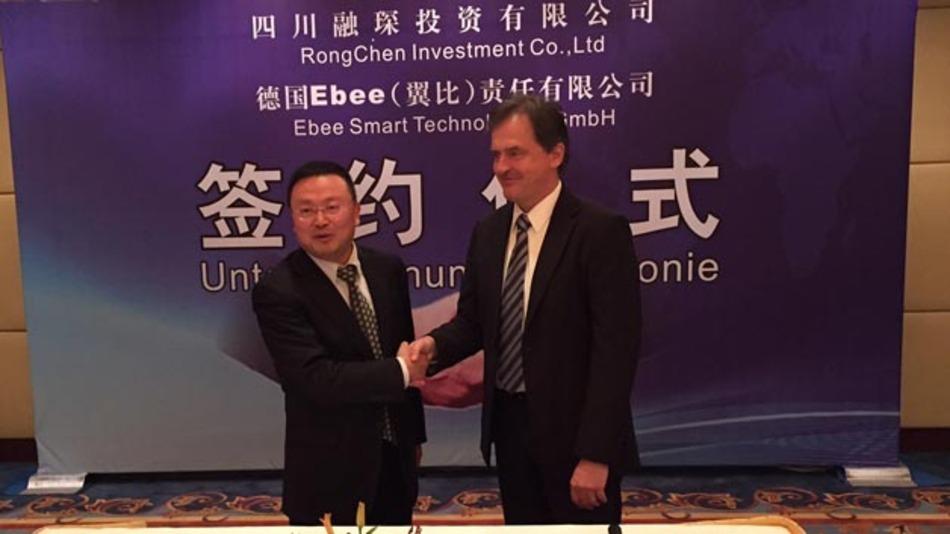 Yuan Bin Hu, Rongchen Unternehmensgründer und Inhaber und Dr. Henning Heppner, Geschäftsverführer ebee smart technologies beim Abschluss der Kooperationsvereinbarung.