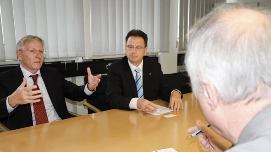 Für Rudolf Strasser (links), President TDK Europe, und Philippe Rogeon, Senior Executive Vice President TDK Europe,  bietet die Zusammenführung der Epcos- und TDK-Vertriebseinheiten nicht nur zusätzliches Wachstumspotential in Europa.  Der Schritt wird bei der TDK Konzernmutter auch als Blaupause für die Zusammenführung der Vertriebsaktivitäten  in anderen wichtigen Regionalmärkten dienen.