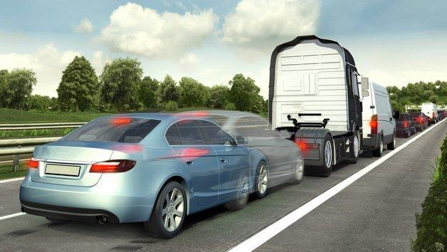 Bei zu dichtem Auffahren kann der Notbremsassistent dazu beitragen, Auffahrunfälle zu vermeiden.