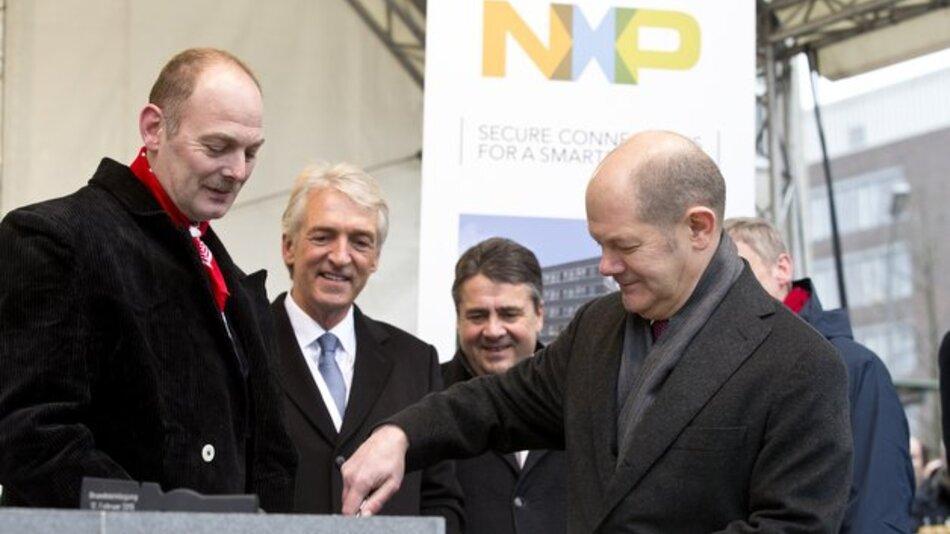 Bundeswirtschaftsminister Sigmar Gabriel (3. v. l.)und Hamburgs Erster Bürgermeister Olaf Scholz (4. v. l.) legten gemeinsam mit Ruediger Stroh (2. v. l.), Vorsitzender der NXP-Geschäftsführung, den Grundstein für ein zusätzliches Gebäude in Hamburg.