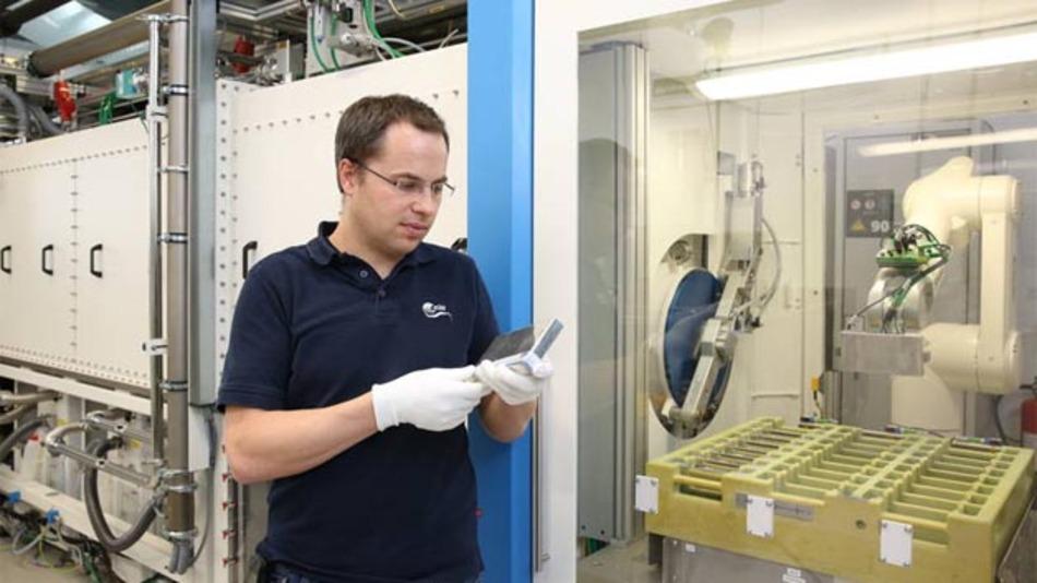 Forscher des Zentrums für Sonnenenergie und Wasserstoff-Forschung Baden-Württemberg mit produzierter PHEV-1-Zelle.