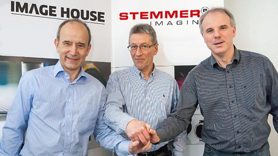 Handshake nach Vertragsabschluss: Peter Trollsås, Hans Steenberg und Stemmer-Imaging-Geschäftsführer Christof Zollitsch