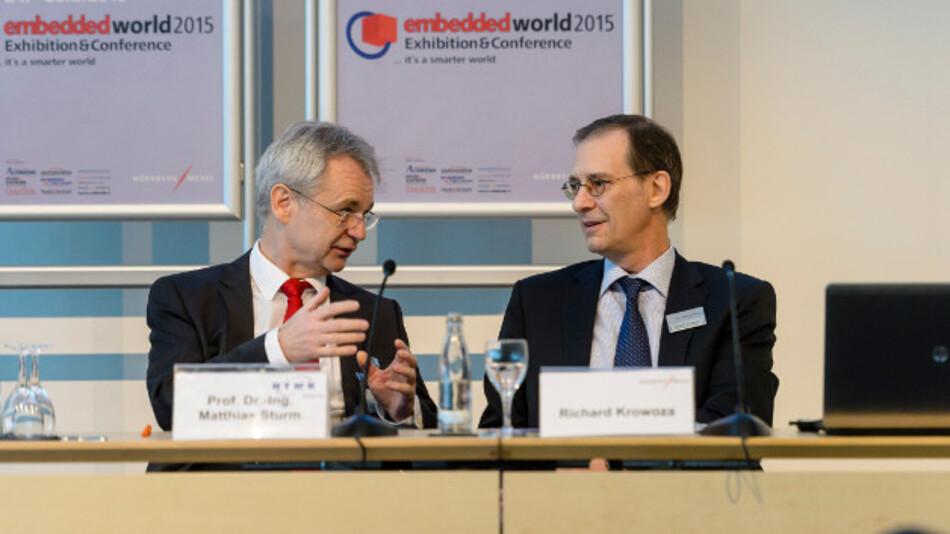 Prof. Dr. Matthias Sturm, Vorsitzender des Beirats der embedded world, (links) und Richard Krowoza, Mitglied der Geschäftsleitung, NürnbergMesse, (rechts) können auf der Eröffnungspressekonferenz hervorragende Zahlen vermelden.