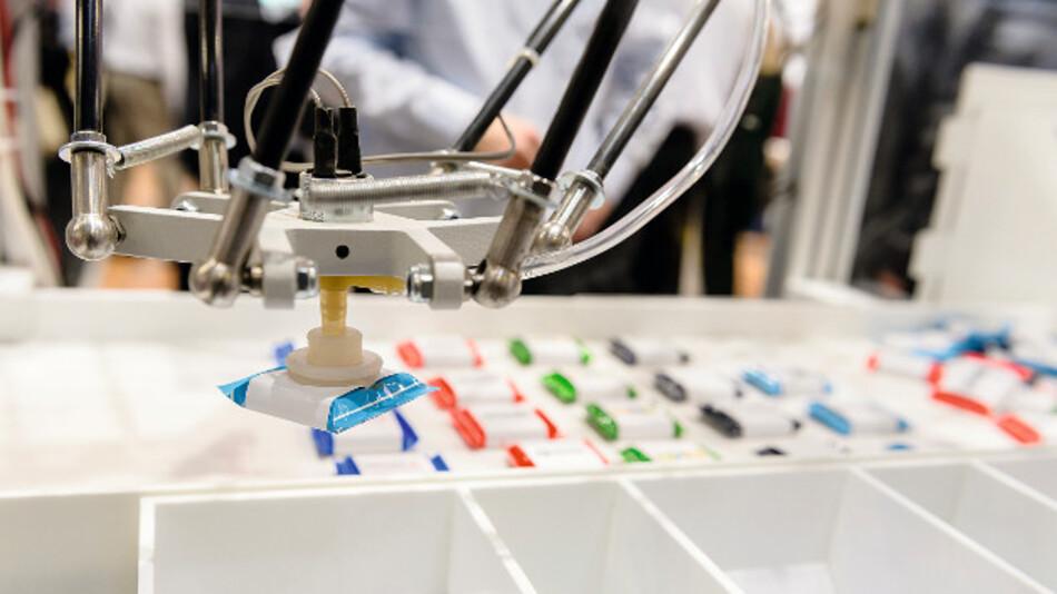 Eine auf einem Delta-Roboter basierende Food Vending Machine verteilt und sortiert Schokoladentafeln.
