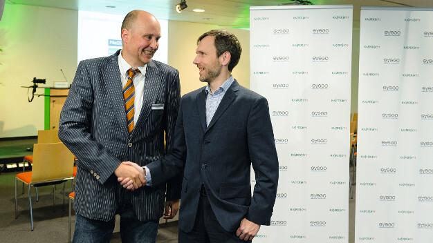 Knut Degen, Sysgo, und Andrey Nikishin, Kaspersky Lab, besiegeln ihre Geschäftspartnerschaft.