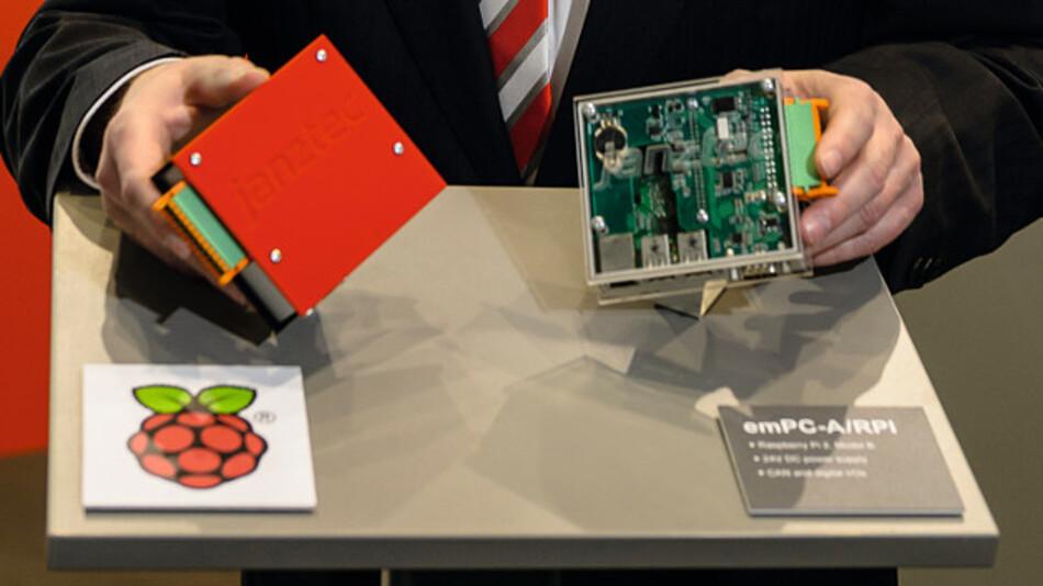 Christoph Mühlenhoff mit dem Raspberry Pi 2 im stabilen Gehäuse