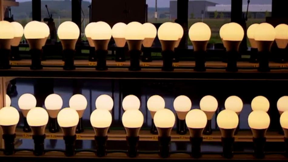 Im neuen Film des VDI ZRE wird die materialeffiziente Produktion von LED-Lampen der Firma Carus erklärt