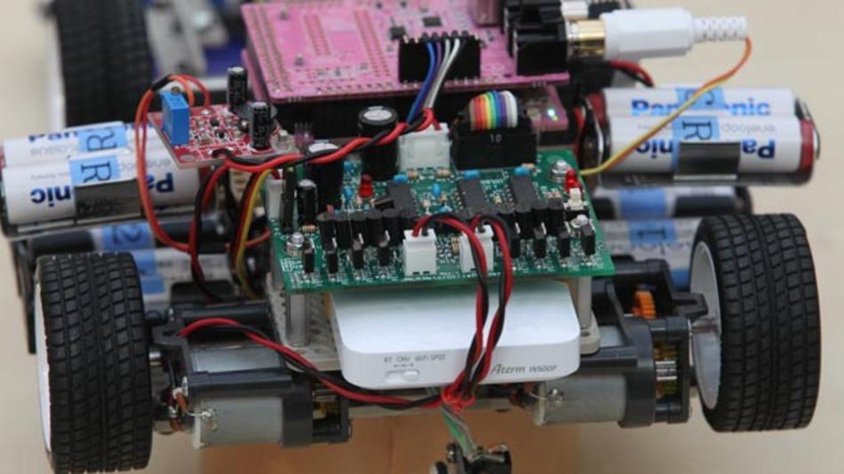 Der Wettbewerb umfasste die Entwicklung eines sensorgesteuerten Modellrennwagens mit eingebetteten Elektronik-Bauteilen sowie die Optimierung der Antriebs- und Steuerungs-Software.