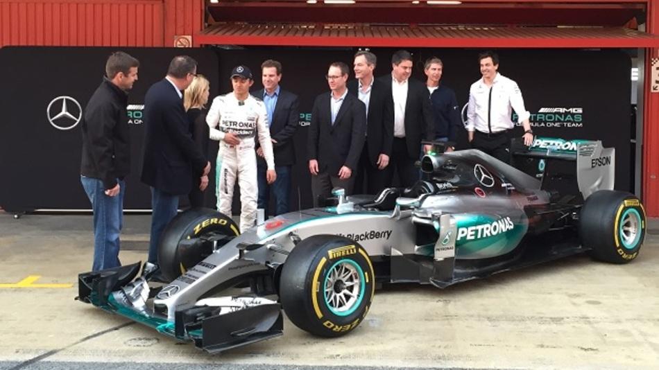 Am Ende durften dann noch weitere Mitarbeiter und die Freundin von Dr. Jacobs (links von Rosberg) mit aufs Foto.