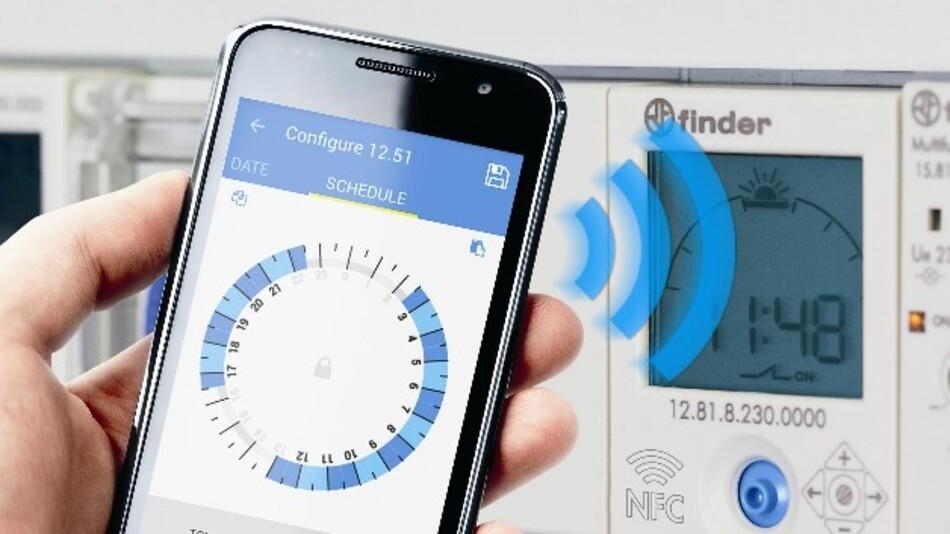 Finders Zeitschaltuhren vom Geräte-Typ 12.51 und 12.81 werden via Smartphone-App kabellos mittels NFC programmiert.