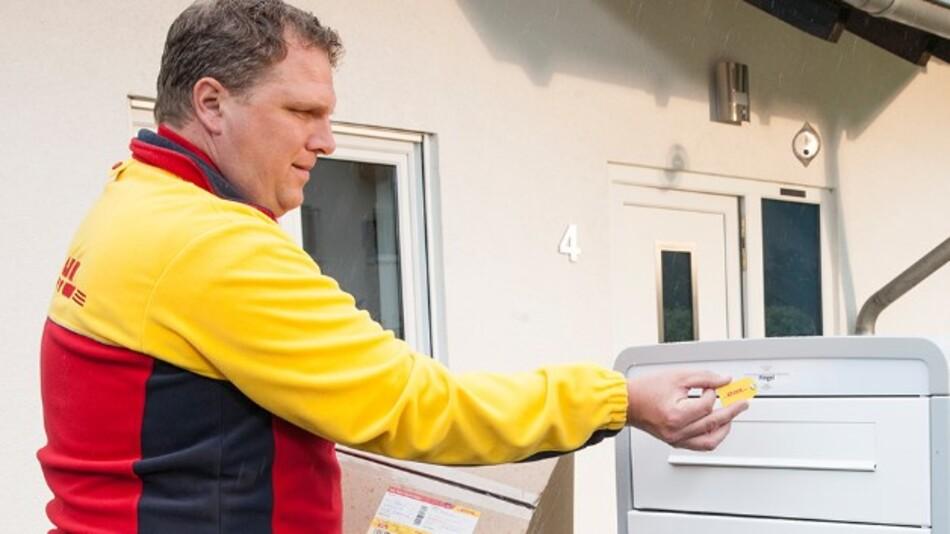 smart-TECs RFID-Schlüsselanhänger smart-KEY steuert das Schließsystem der neuen DHL-Paketkästen.