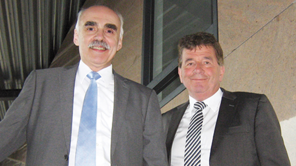 Huub van der Vrande und Werner Witte (li.)  am Neways-Standort in Son/Eindhoven