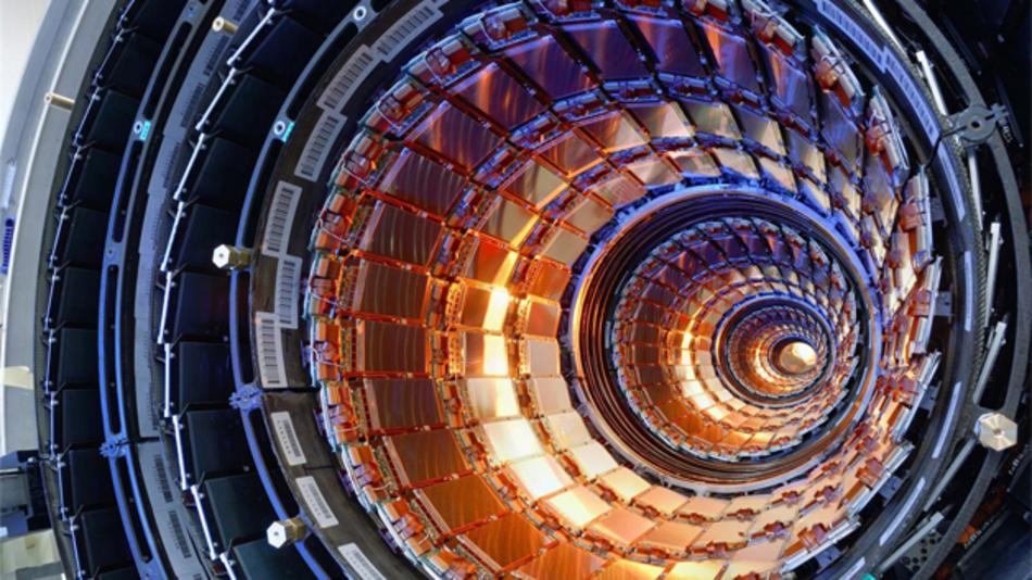 CERN und NI arbeiten gemeinsam an LabVIEW-Unterstützung für Linux-Systeme mit 64 bit Gigantische Versuchsaufbauten wie der LHC erfordern einen enormen Aufwand bei der Steuerung der Geräte und bei der Aufnahme und Analyse der Messdaten. Beispielsweise mussten für das LHC-Kollimationssystem Anwendungen entwickelt werden, die die Schrittmotoren von 120 NI-PXI-Systemen steuern. Die Entwicklungen und Erfahrungen können später auch kleineren und mittleren Unternehmen zu Gute kommen. Aus diesem Grund arbeiten NI und CERN schon seit den 1990er Jahren zusammen. Dabei sind unter anderem wartungsfreundliche Systeme entstanden, die auf einen langfristigen Einsatz in ablaufkritischen Anwendungen ausgelegt sind. Aktuell arbeiten NI und CERN zusammen, um die Standardisierung aller Steuer- und Regelsysteme bei CERN hin zu Linux-Betriebssystemen mit 64 bit voranzutreiben, um die Systemleistung zu steigern sowie kosteneffiziente, verteilte Steuer- und Regelsysteme zu entwickeln.  Durch die enge Zusammenarbeit war es NI möglich, die Softwarefunktionen zu definieren und anzupassen, mit denen CERN auch weiterhin NI-Werkzeuge erfolgreich einsetzen kann.