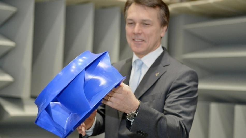 Vorstandsvorsitzender Peter Fenkl präsentiert den neuen Radialventilator ZAvblue.