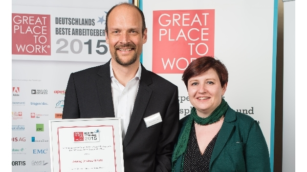 Frank Vollmering, Direktor Human Resources Europe bei Analog Devices, und seine Kollegin Michelle Bradley nehmmen die Auszeichnung »Great Place to Work« entgegen.