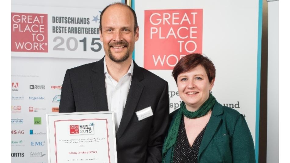 Frank Vollmering, Direktor Human Resources Europe bei Analog Devices, und seine Kollegin Michelle Bradley nehmmen die Auszeichnung »Great Place to Work« entgegen.