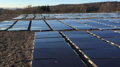 Die PEUS-Testing GmbH hat daher eine Photovoltaik-Anlage entwickelt, deren Module direkt auf dem Boden angebracht werden. Sie erfordert weniger Investitionskosten und bringt einen höheren Ertrag.