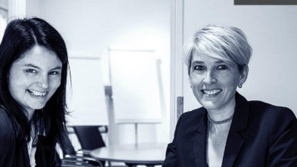 """""""Das größte Loch ist zwischen Entwicklung und Vertrieb!""""  Alexandra Lachner (li.) und Adriana Olivotti haben sich einst bei Rohde&Schwarz in der Marketingkommunikation kennen gelernt, Olivotti war Leiterin Unternehmenskommunikation beim Spezialisten für Nachrichtentechnik."""