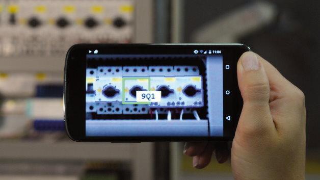 Mit »Halcon Embedded für Android« lassen sich Komponenten in einem Schaltschrank mittels mobiler Endgeräte sicher identifizieren.