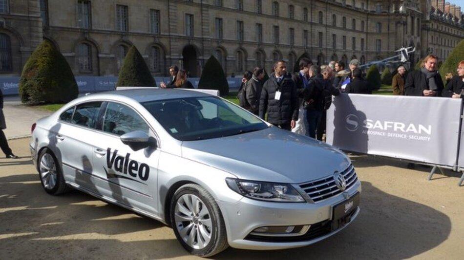 Auf den ersten Blick ist Valeos Prototyp eines hochautomatisierten Fahrzeugs kaum von einem Serien-Passat zu unterscheiden.