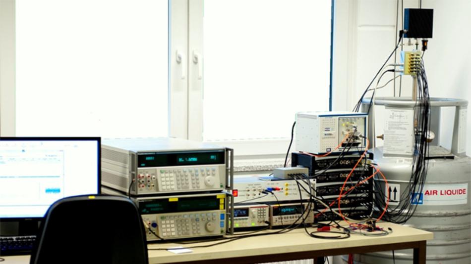 Der Aufbau für das AC/DC-Josephson-Quantenvoltmeter. Rechts im Bild erkennt man die Helium-Kanne, die in der nächsten Ausbaustufe durch einen Kleinkühler ersetzt werden soll.