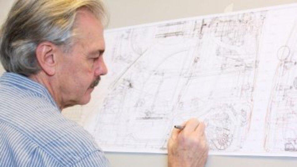 Prof. Gordon Murray mit einer Konzeptzeichnung für das Project M.