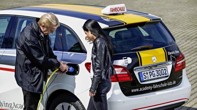 Daimler stellt fünf Academy-Fahrschulen im Großraum Stuttgart insgesamt zehn Elektrofahrzeuge mit Fahrschulausstattung zur Verfügung.